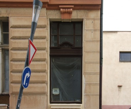 přestavba domu bývalé České obchodní společnosti - replika původního okna v hnědé barvě, snížený parapet - Foto: Jan Vincenc 03/2011