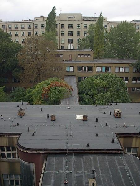 Masarykova nemocnice (později Kampus UJEP) - pohled z pavilonu A přes operační sály, spojovací chodbu, VIKS a kapli na pavilon B - foto: Matěj Páral 09/2002