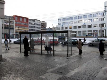 dřívější prostornější zastávky nahradily menší skleněné - foto: Matěj Páral 02/2010