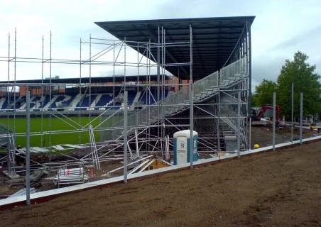montovaná tzv. Brita-arena v německém Wiesbadenu, o které se uvažovalo (dle článku MF Dnes ze dne 27. srpna 2009) jako o možném řešení pro ústecký fotbalový stadion - zdroj: wikipedia.de