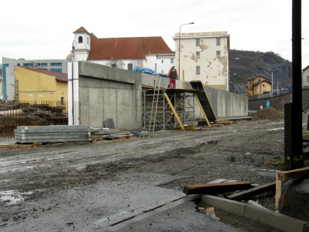 ve vlastní režii realizovalo město návaznou přestavbu ulice Malé hradební, která přímo souvisí s OC Forum - průběh stavby - leden 2008