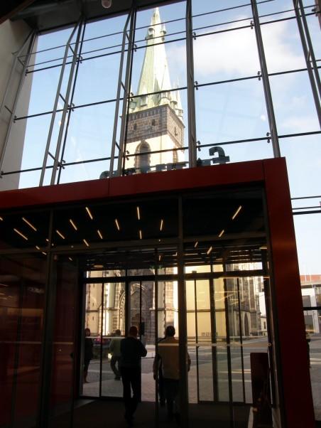 diskutovaný vztah OC Forum a arciděkanského kostela se šikmou věží