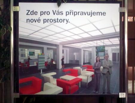 vizualizace nového interiéru haly České spořitelny - informační panel před dveřmi - Foto: 08/2011