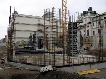 začátek výstavby domu vedle divadla