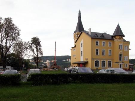 prostor pro případnou přístavbu výletní restaurace Větruše, autojeřáb v pozadí naznačuje polohu právě budované horní stanice lanovky  - Foto: Matěj Páral 09/2010