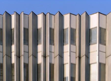 detail fasády obchodního domu Labe, která připomíná zvlněnou řeku