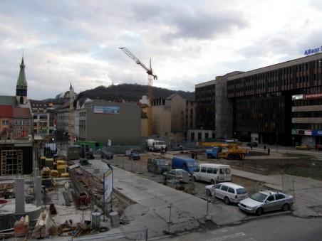 průběh stavby bloku 005 (Palác Zdar), přístupová cesta přes blok 004 pro dostavbu závěrečných dvou domů bloku 003 - foto: Matěj Páral 02/2008