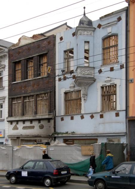 z domů č.p. 105 a 106 zbyly staticky zajištěné fasády, znamená to, že budou použity jako kulisa pro nový objekt? - foto: Matěj Páral 02/2008