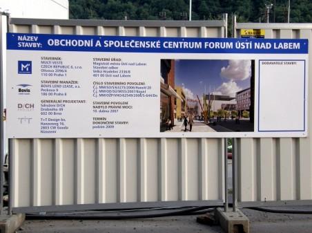 stavba obchodního centra Forum byla řádně označena, na základě adresy byl dohledán spoluautor stavby Ing. arch. Jan Chlup