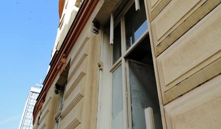 Stopy po odřezaných mřížích u oken ČSOB. Foto: Milan Plachký 03/2011