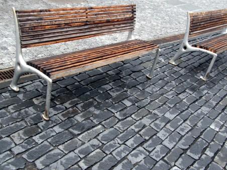 lavičky od významného českého designérského studia Olgoj Chorchoj speciálně navržené pro město Ústí nad Labem roku 1994 - foto: Matěj Páral 07/2010