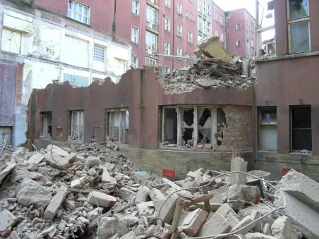 Přestavba bývalé Masarykovy nemocnice na kampus se dostala do další fáze. 9. 9. 2009 začala demolice Perthenových operačních sálů. Foto: Matěj Páral 18. 9. 2009