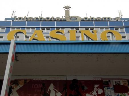 nápis Casino a modrý nátěr na Interhotelu Bohemia - foto: Matěj Páral 09/2012
