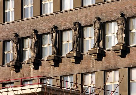 5. všech šest soch nad vchodem