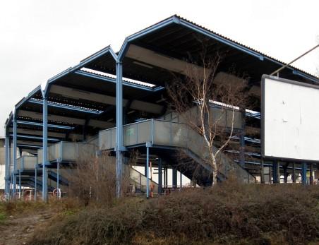 ocelová konstrukce zastřešení nástupišť autobusového nádraží byla ostraněna v září 2011 - autor: Jan Štípek, 80. léta 20. stol.; foto: Matěj Páral 01/2008