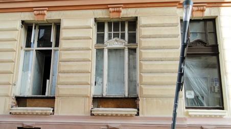 Vybourávání starých oken u budovy ČSOB. Foto: Milan Plachký 03/2011