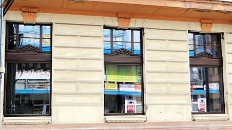Místo oken výlohy - o replikách původních oken nemůže být řeč. Foto: Milan Plachký 03/2011